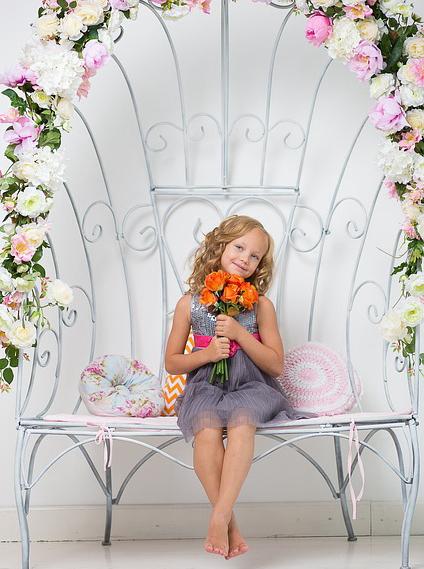 造花、アーティフィシャルフラワーを持った女の子。フラワーガーランド