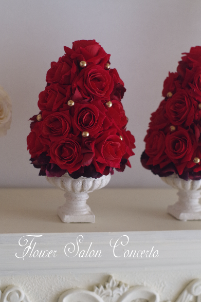 クリスマスアレンジ、アーティフィシャルフラワー を使った赤いバラのツリーアレンジメント